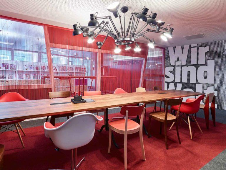 Roter Sitzungsraum